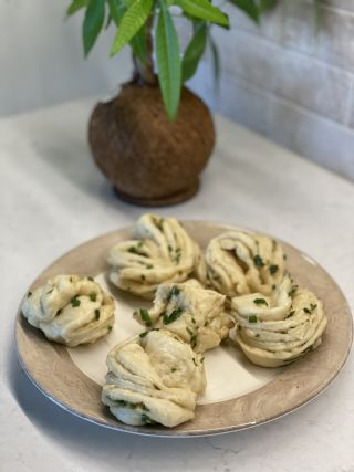 CHINESE FLOWER ROLLS WITH SCALLIONS (HUA JUAN) image